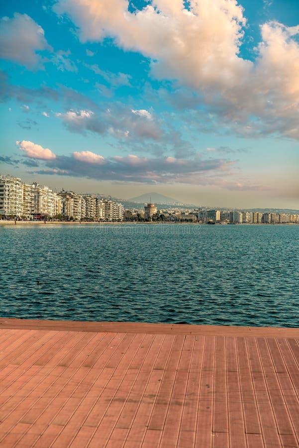 塞萨罗尼基市白色塔,一美好的天垂直嘘的 免版税库存照片