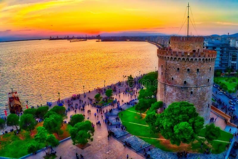 塞萨罗尼基著名白色塔鸟瞰图日落的, Gre 免版税库存照片