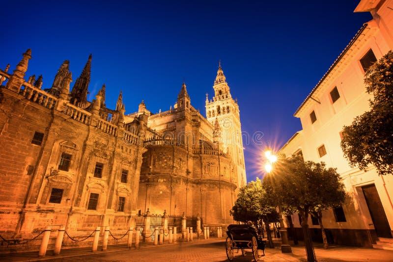 塞维利亚和la Giralda大教堂在夜,西班牙之前 免版税库存照片