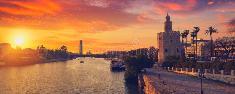 塞维利亚日落地平线torre del Oro在塞维利亚 库存图片