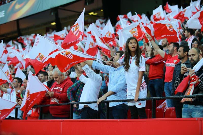 塞维利亚FC女孩爱好者支持她的在立场的队与旗子 免版税图库摄影