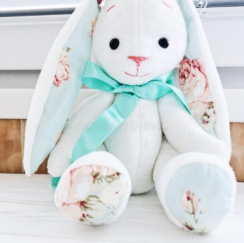 填充动物玩偶兔宝宝玩具逗人喜爱的礼物薄菏白色美好的事 库存图片