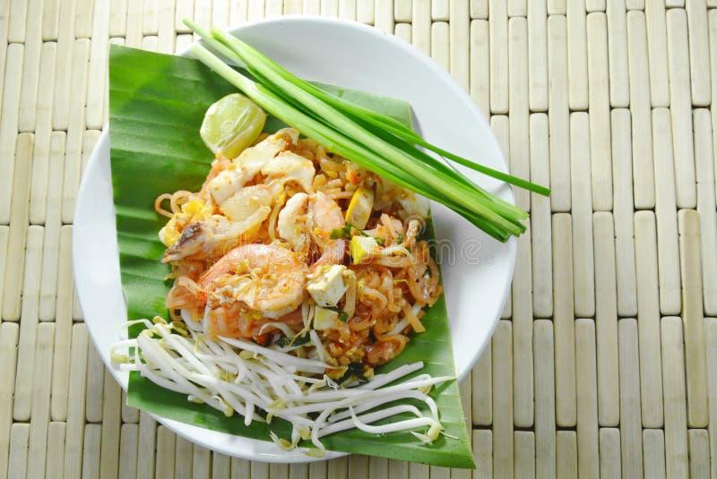 填塞泰国混乱炒饭面条用海鲜和鸡蛋在板材 库存图片