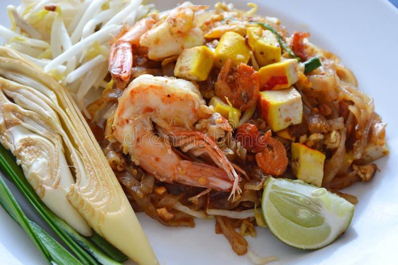 填塞泰国混乱炒饭面条用虾和鸡蛋在板材 免版税图库摄影