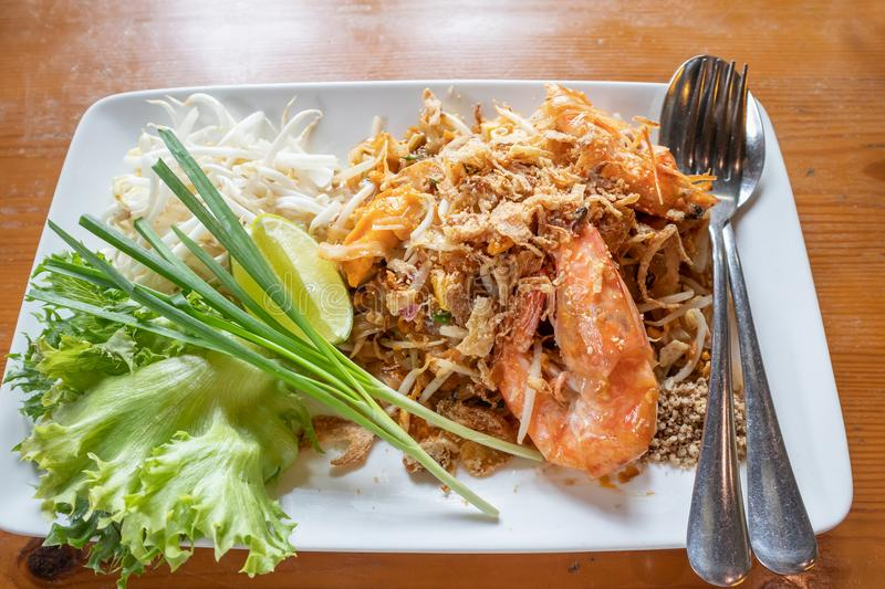 填塞泰国,混乱油煎的米线用淡水大虾 免版税库存照片