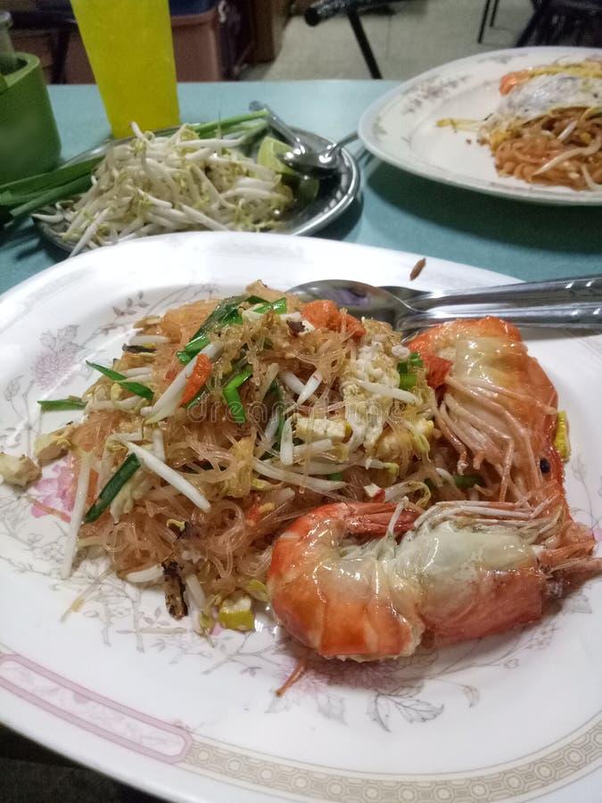 填塞泰国Goong草皮名字食物炒米棍子用虾加绿豆芽并且搅动鸡蛋和混乱,然后服务在板材 免版税库存照片