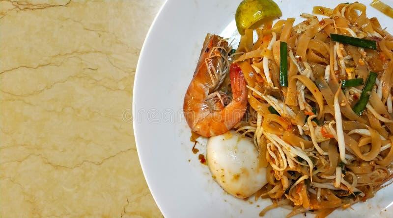 填塞泰国Goong草皮炒米棍子用虾亚洲泰国街道食物 免版税库存照片
