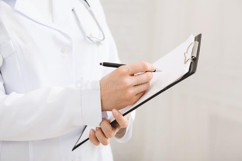 填装医疗形式的女性医生在剪贴板 库存图片