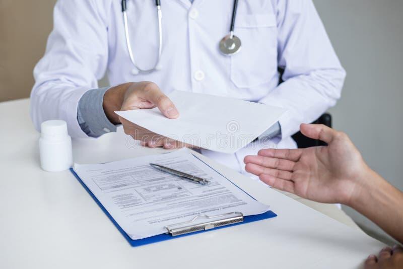 填装历史形式的医生,当咨询对患者和推荐治疗方法和如何恢复原状时 库存照片