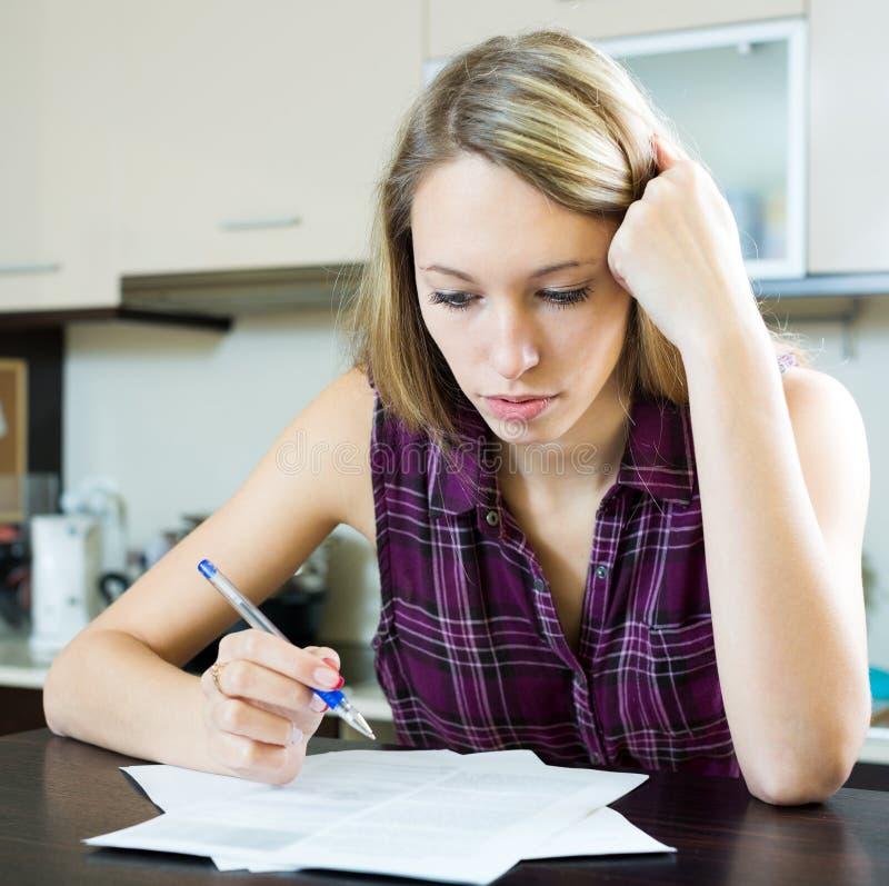 填装在财政文件的妇女 免版税库存照片