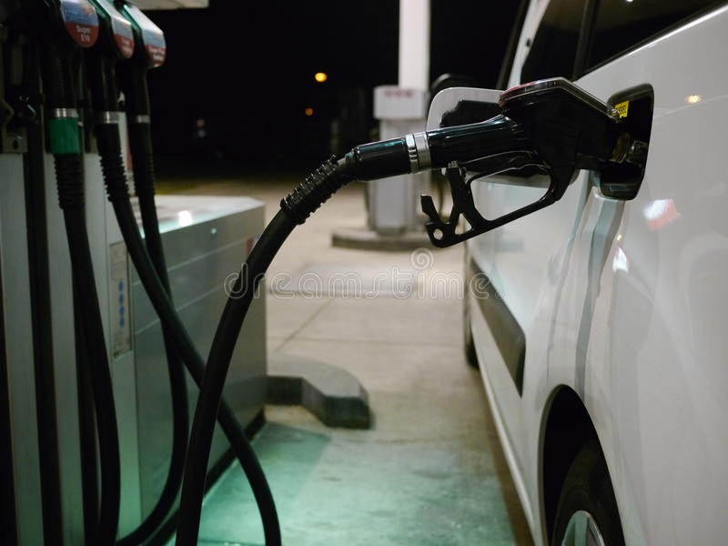 填装汽车的某人用驾驶的燃料 免版税图库摄影