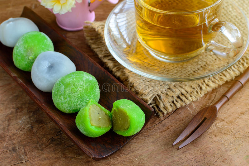 填装用茶的Daifuku绿茶和芝麻在木t的 免版税库存照片