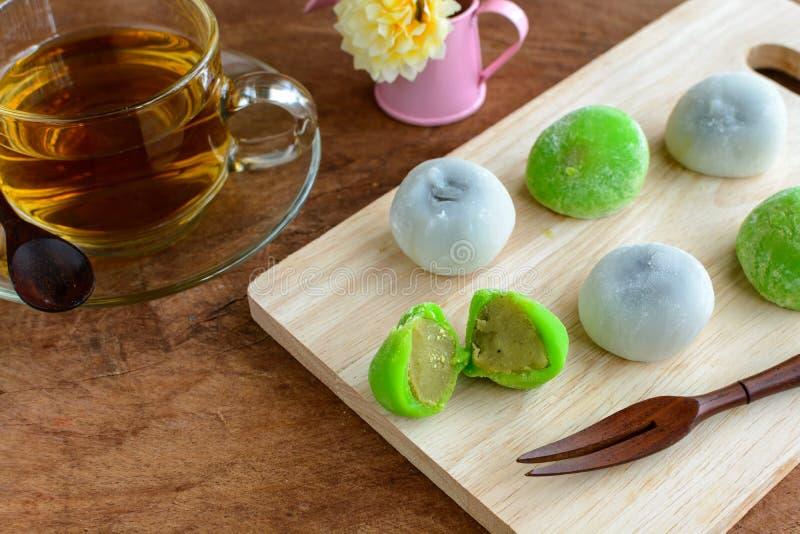 填装用茶的Daifuku绿茶和芝麻在木ta的 免版税库存图片