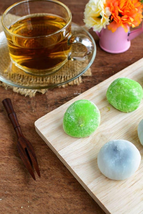 填装用茶的Daifuku绿茶和芝麻在木ta的 库存照片