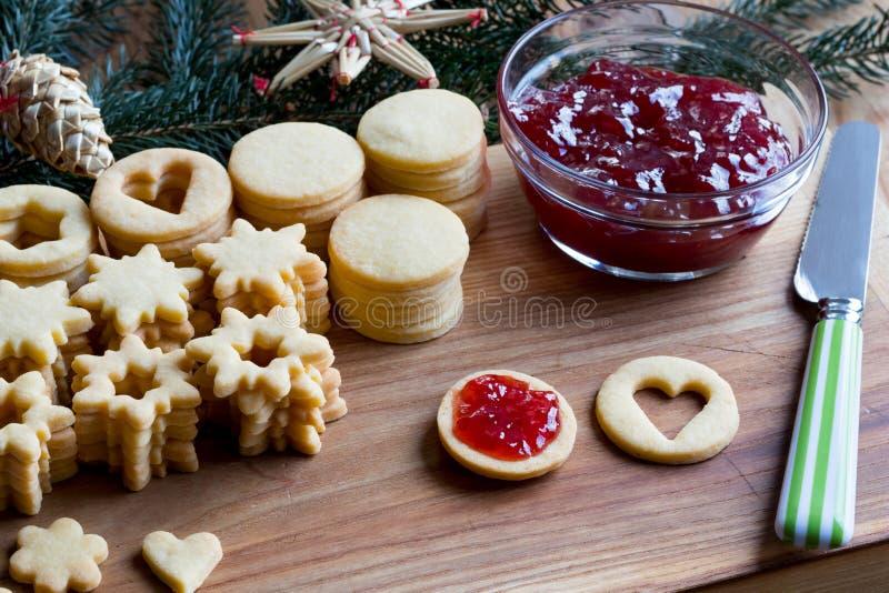 填装的传统Linzer圣诞节曲奇饼用草莓酱 库存图片