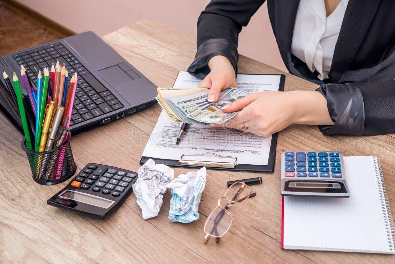 填装1040个个体收入税单的妇女 免版税库存图片
