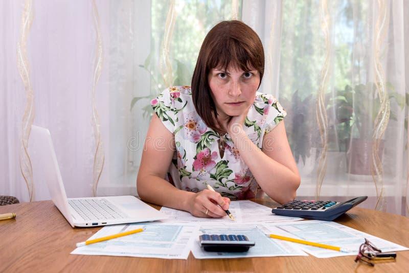填装1040形式的美女在办公室 免版税图库摄影