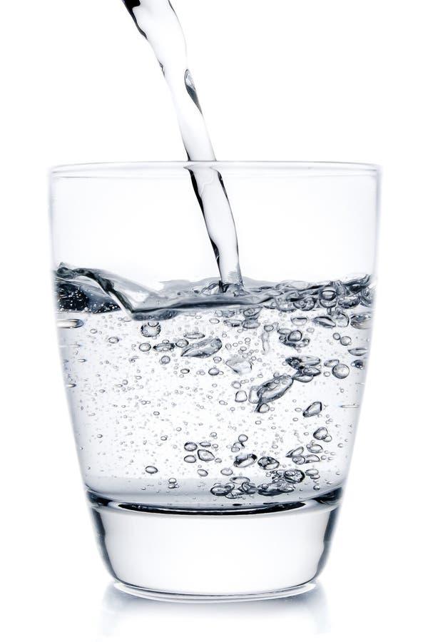 填装玻璃用倾吐的水 免版税库存照片