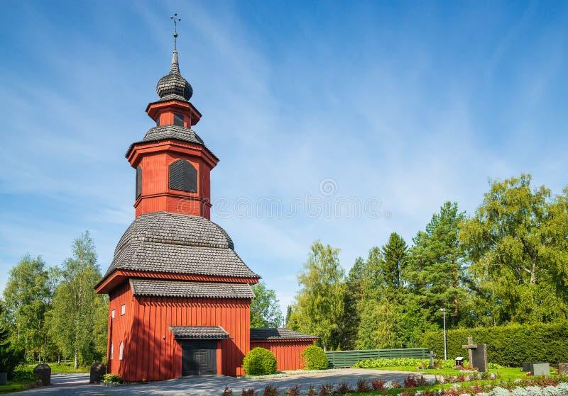 墓地旁的旧教堂钟楼 免版税库存照片