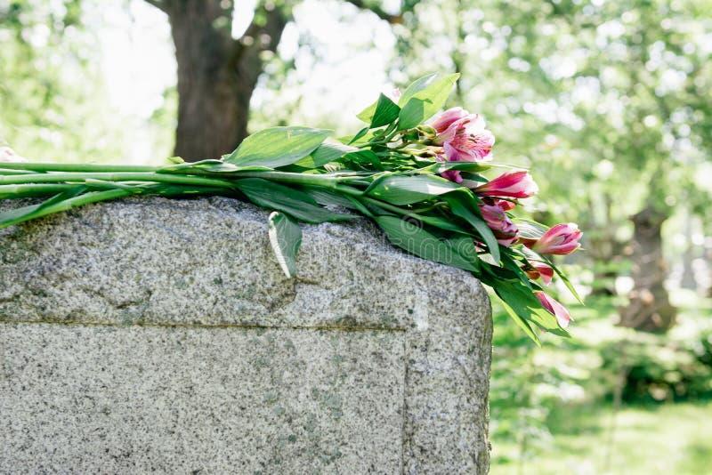 墓石在公墓 免版税库存照片
