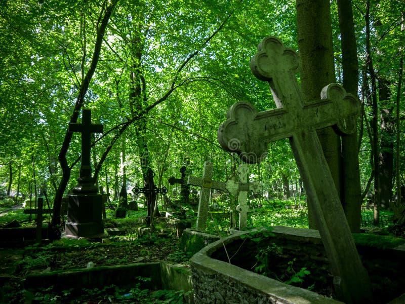 墓石在老公墓 免版税图库摄影