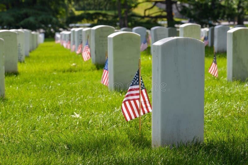 墓碑和美国旗子在阿灵顿国家公墓-华盛顿特区 库存图片