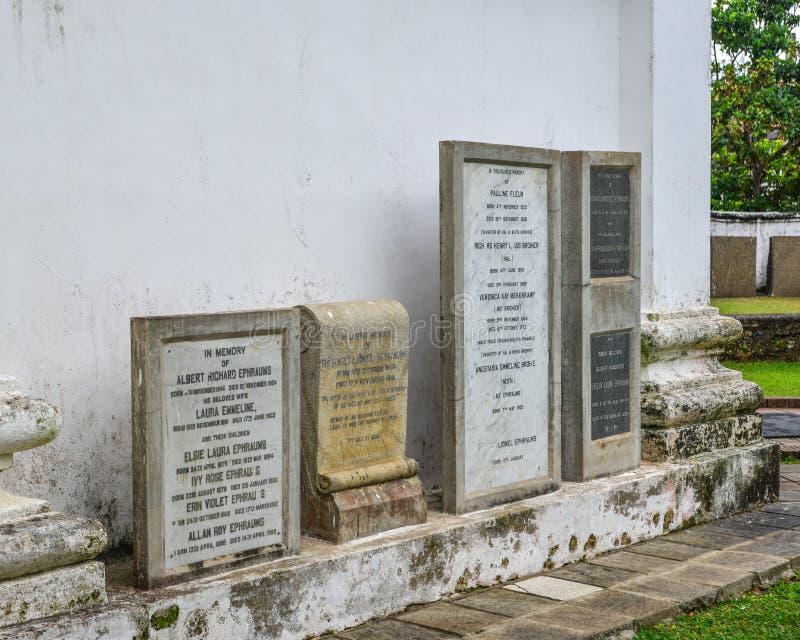 墓碑在一座小老公墓 免版税库存图片