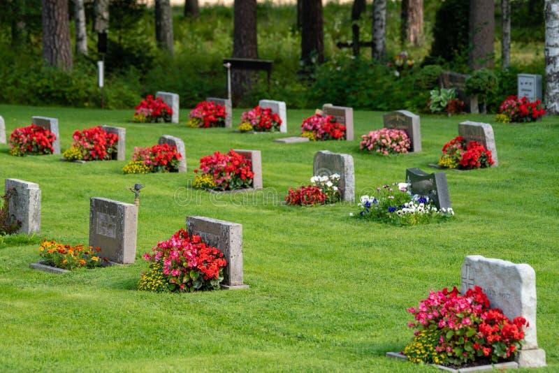 墓碑行有红色和桃红色花的 免版税图库摄影