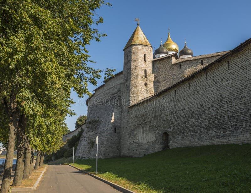墙壁和其中一个普斯克夫克里姆林宫的古老塔 免版税库存图片