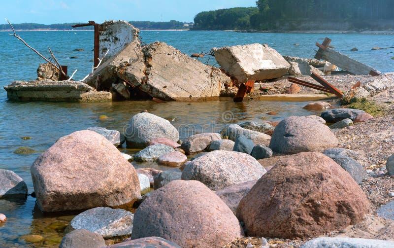 墙壁在水中,建筑废料具体片断在海 库存图片