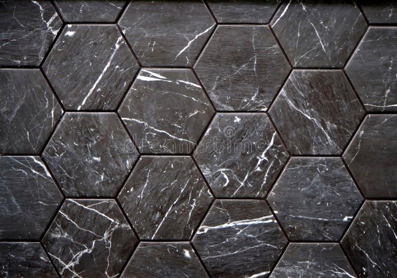 墙壁或地垫由与白色条纹的黑石头制成 免版税库存照片