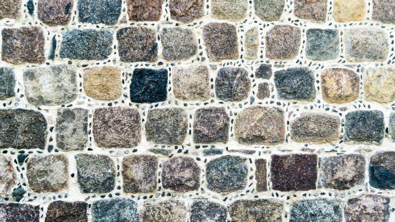 墙壁由五颜六色的立方体石头做成 免版税库存照片