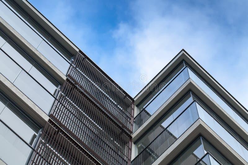墙壁由玻璃和混凝土制成在蓝天 免版税图库摄影