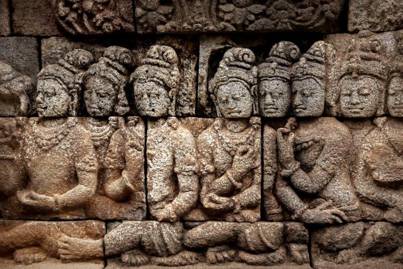 墙壁的片段有婆罗浮屠寺庙的古老浅浮雕的 印度尼西亚 免版税库存图片