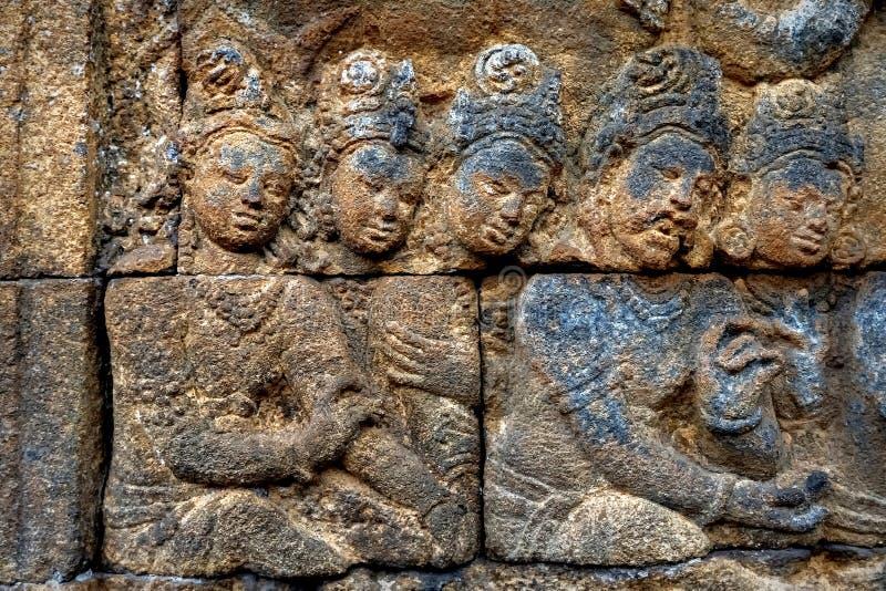 墙壁的片段有婆罗浮屠寺庙的古老浅浮雕的 印度尼西亚 免版税库存照片