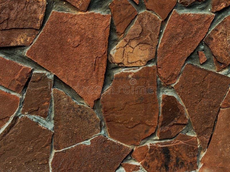 墙壁的花岗岩石头棕色灰色门面的织地不很细片段 库存图片
