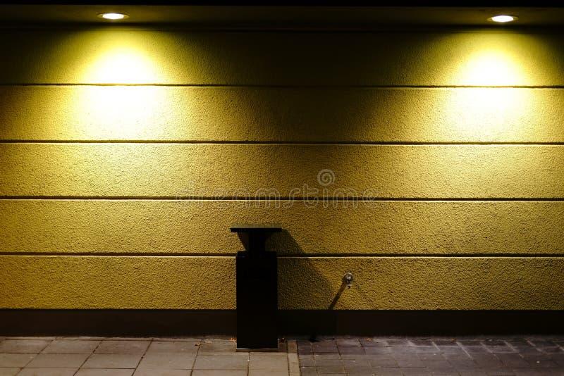 墙壁聚光灯投掷轻的锥体 库存照片
