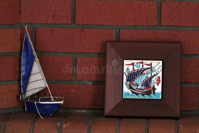 墙壁装饰品由木头、陶瓷、色的毛线和海壳做成 库存照片
