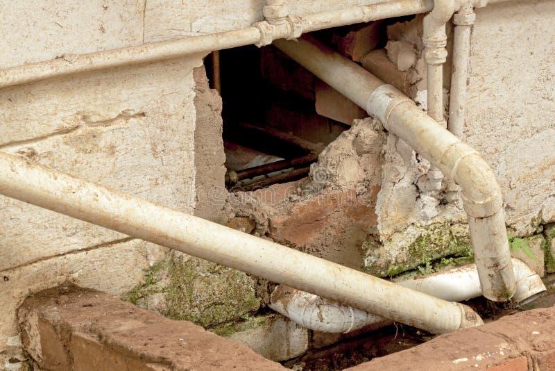 墙壁要求Mainenance和修理的配管管子和流失 免版税图库摄影