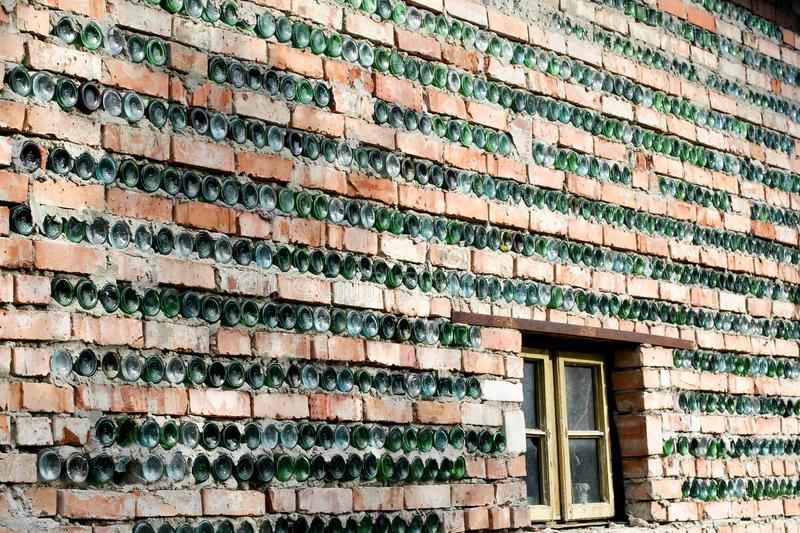 墙壁部分地由瓶制成 库存照片