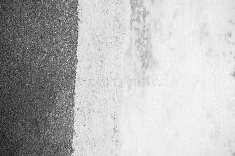 墙壁难看的东西黑混凝土有轻的背景 肮脏,尘土墙壁具体黑板纹理和飞溅白色或抽象b 免版税库存图片