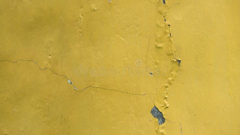 墙壁黄色具体裂缝纹理背景 免版税库存图片