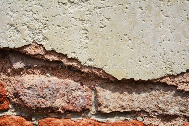 墙壁,在老古色古香的威尼斯式墙壁上的裂口 免版税库存照片