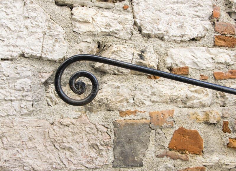 墙壁黑栏杆的支通入摘要扶手栏杆 库存照片