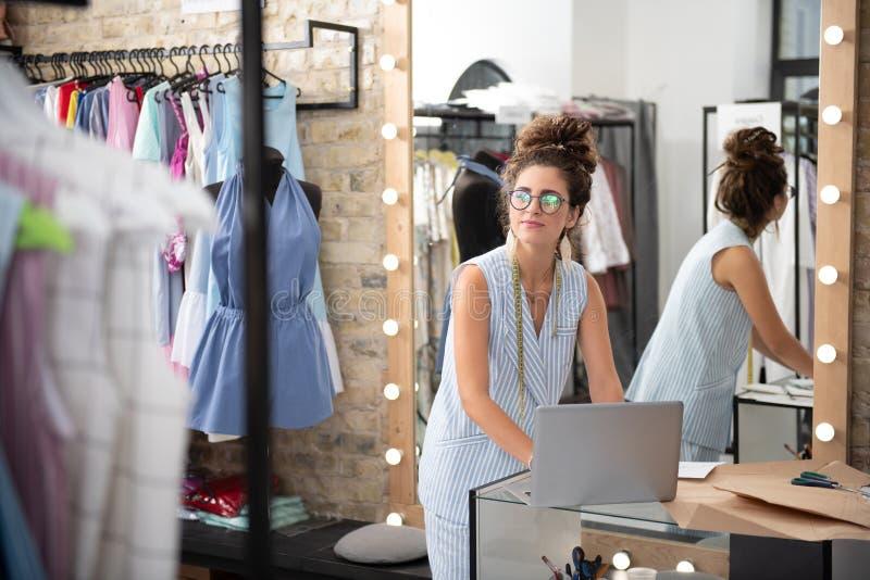 增加在陈列室页的被启发的女性设计师礼服 免版税库存图片