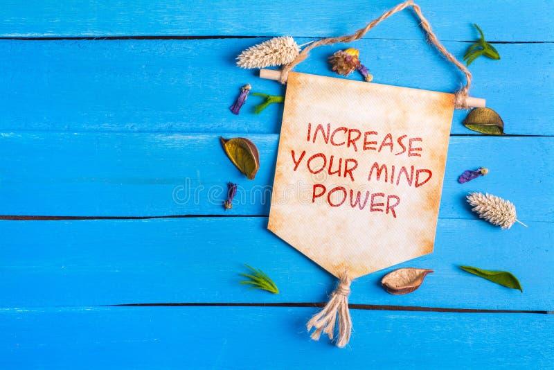 增加您的在纸纸卷的头脑力量文本 免版税图库摄影