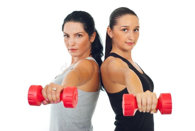 增强二名妇女的杠铃 免版税图库摄影