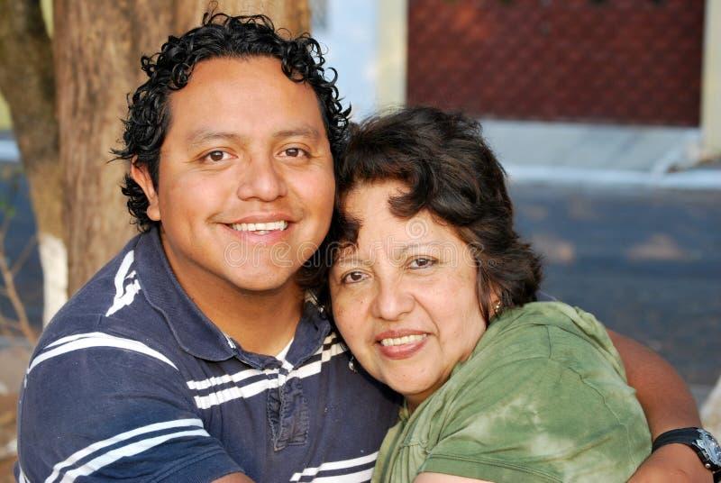 增长她的西班牙母亲儿子 免版税库存照片