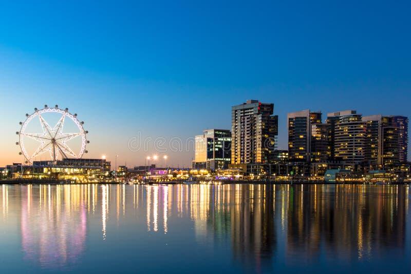 墨尔本港区江边在晚上 库存照片