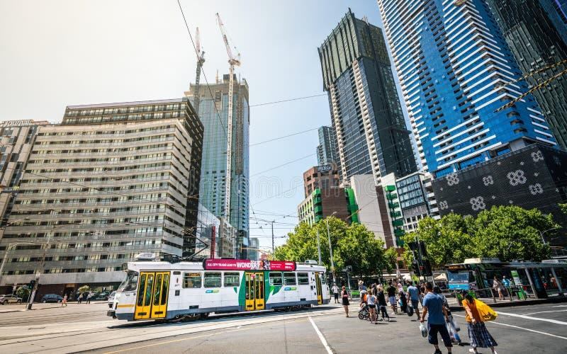 墨尔本电车和大厦广角街道视图在墨尔本维多利亚澳大利亚 免版税库存照片